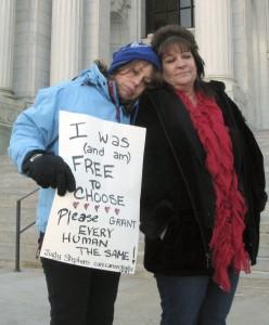Susținută de mama ei (sursa foto: www.media.oregonlive.com)