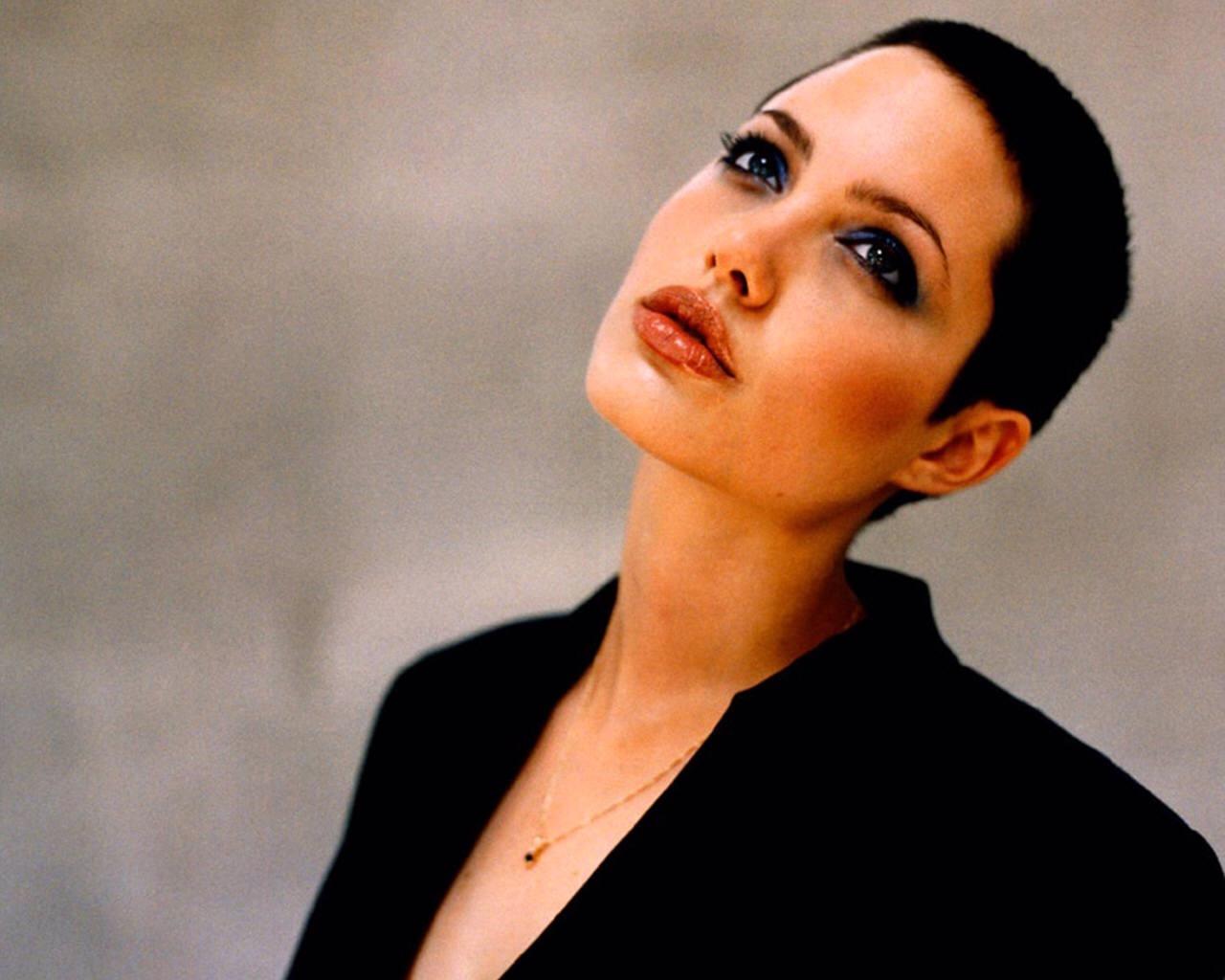 Angelina fără păr (fără sîni, fără ovare ...)